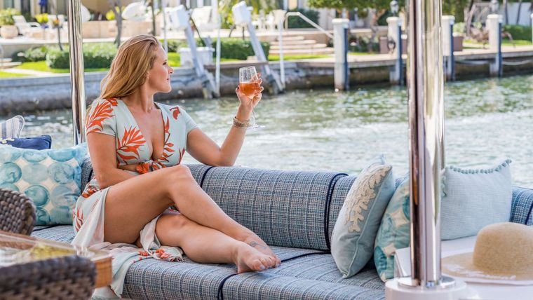 MUCHO GUSTO Yacht Charter - Aft deck Comfort