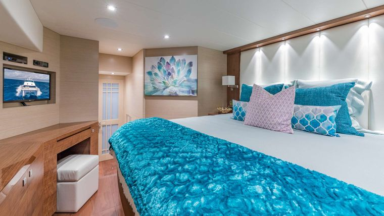 MUCHO GUSTO Yacht Charter - VIP King Suite