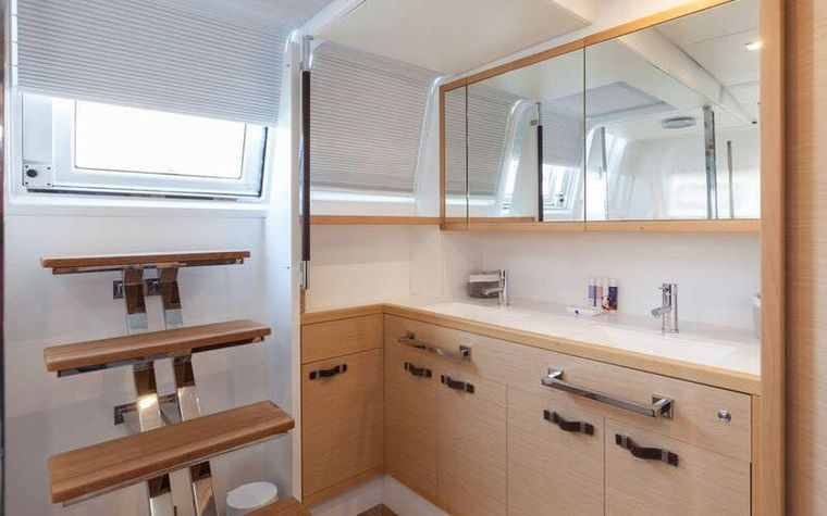 CUTE LITTLE CAT Yacht Charter - Master cabin bathroom - sistership