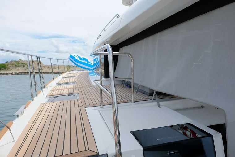 JAN'S FELION Yacht Charter - Easy walk around decks