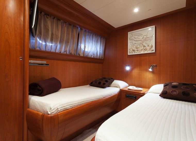 WHITEHAVEN Yacht Charter - Twin cabin