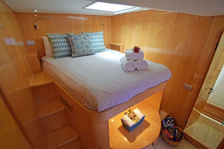 LAYSAN Yacht Charter - Oversized Queen Guest Suite Aft