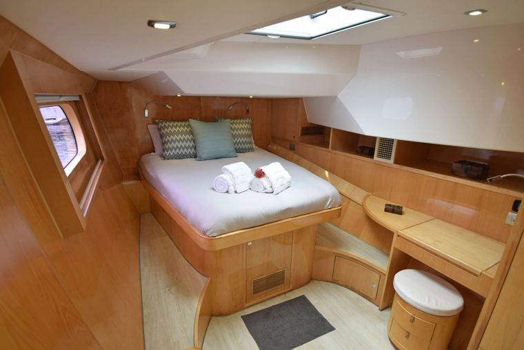 LAYSAN Yacht Charter - Queen Guest Suite Suite Forward