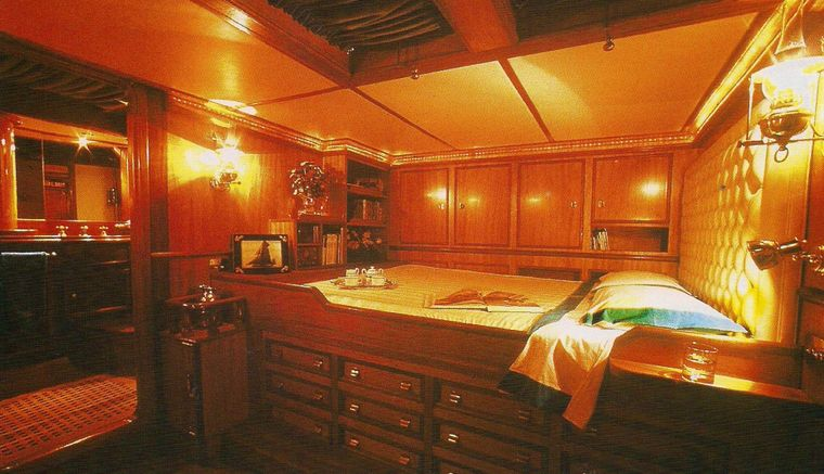 BLACK SWAN Yacht Charter - Aft cabin previous decoration