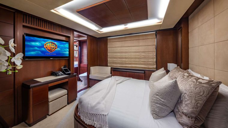 TAIL LIGHTS Yacht Charter - Queen Stateroom