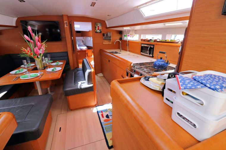 DAUNTLESS Yacht Charter - Entry to the Main Salon