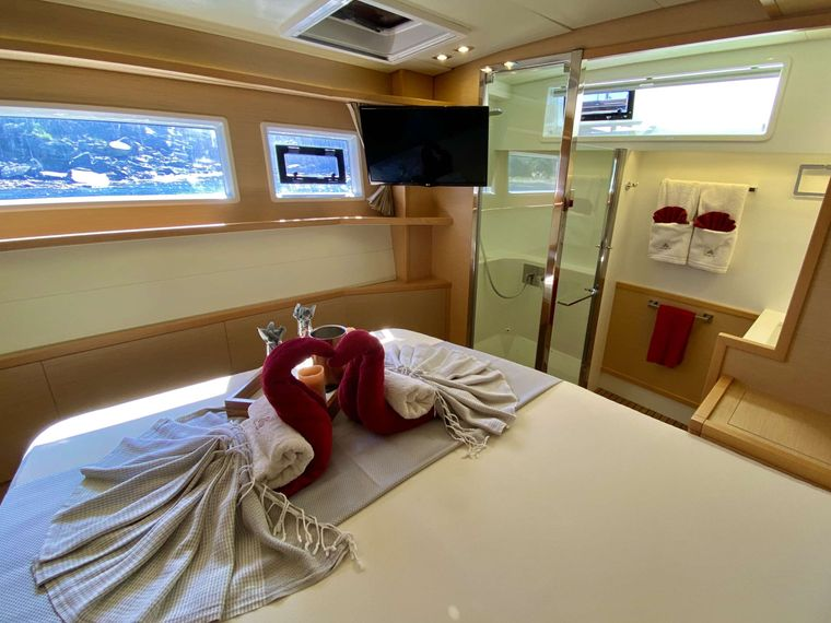 SHANGRI LA Yacht Charter - Master guest cabin with shower and vanity