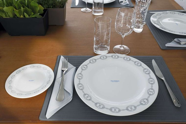 NEW HORIZONS 2 Yacht Charter - DINING DETAIL