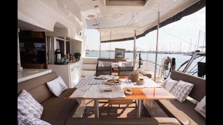 NEW HORIZONS Yacht Charter - Aft Deck / Saloon & Dining area