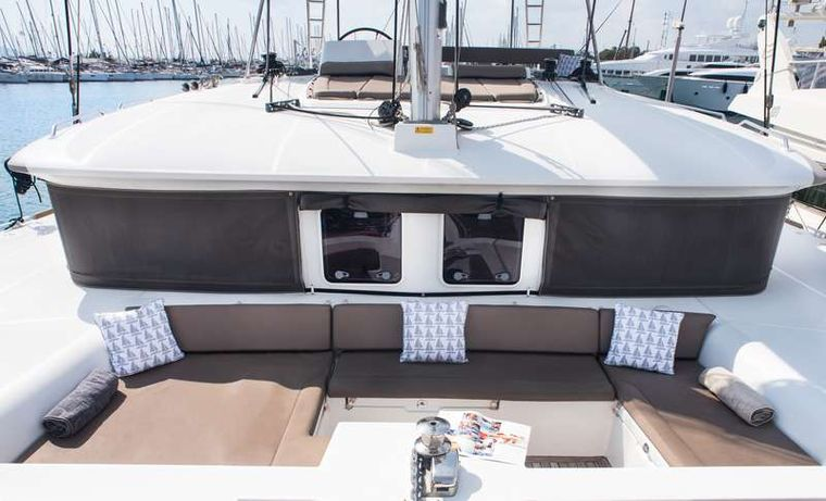 NEW HORIZONS Yacht Charter - Forward Lounging Area