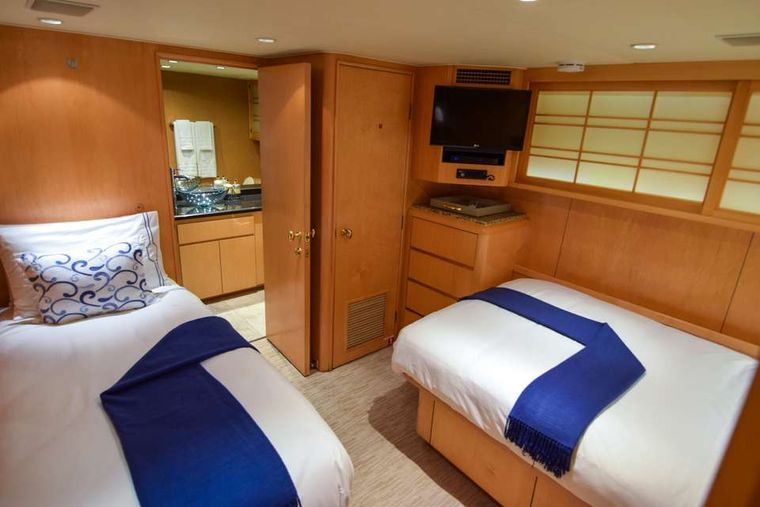 ISLAND VIBES Yacht Charter - Guest Stateroom