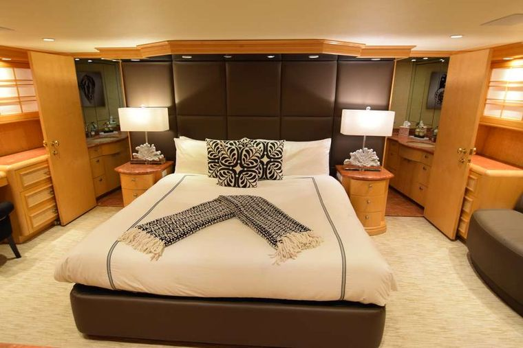 ISLAND VIBES Yacht Charter - Master stateroom