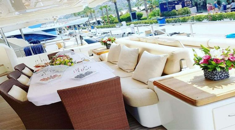SEA LION II Yacht Charter - AFT DINING SECTION