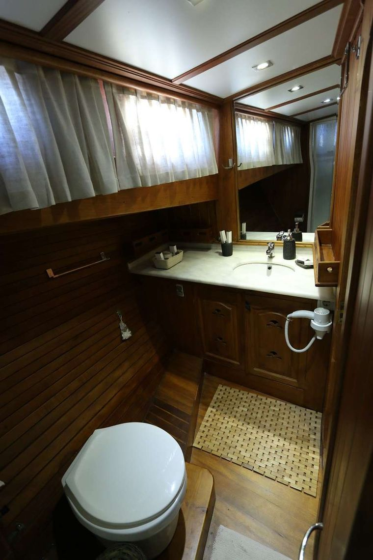 KANARYA Yacht Charter - Forward Master Cabin Bathroom