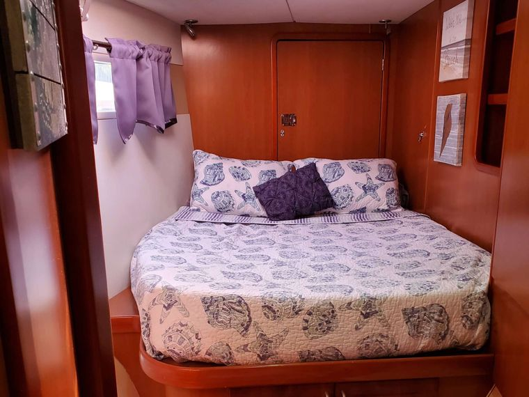 THE SPACE BETWEEN Yacht Charter - Guest Cabin