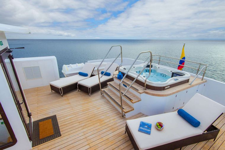 Natural Paradise Yacht Charter - Hot-thub