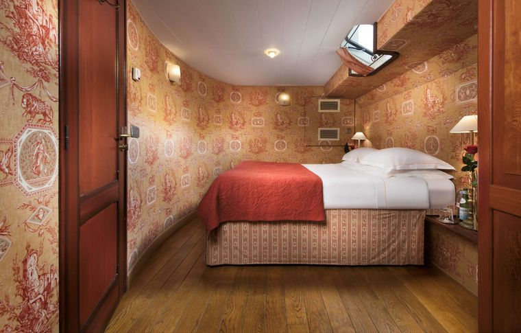ROI SOLEIL Yacht Charter - Suite red