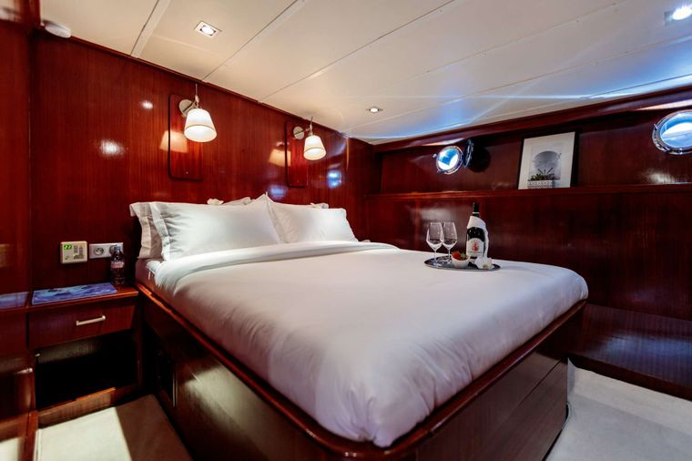 Vita Dolce Yacht Charter - Guest cabin - Starboard side