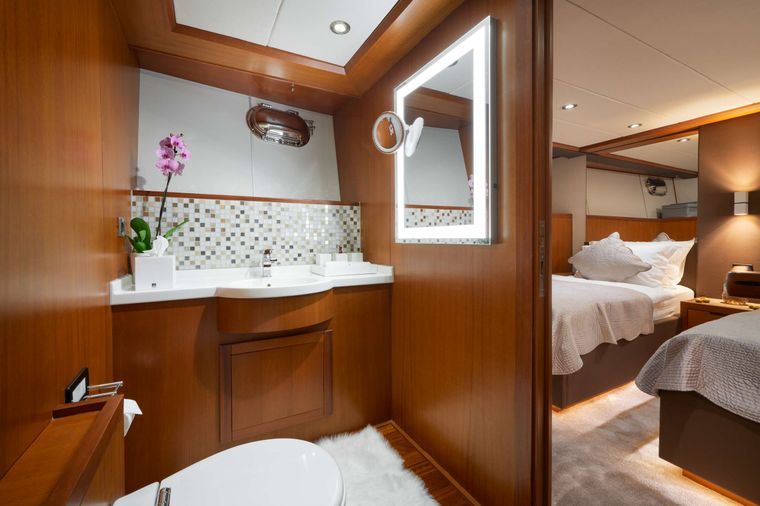 San LiMi Yacht Charter - Twin cabin and bathroom