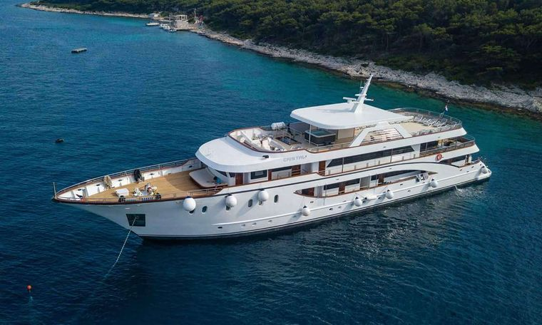 Cristal Yacht Charter - Ritzy Charters