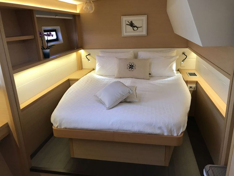 Samoru ll Yacht Charter - VIP Guest Bed