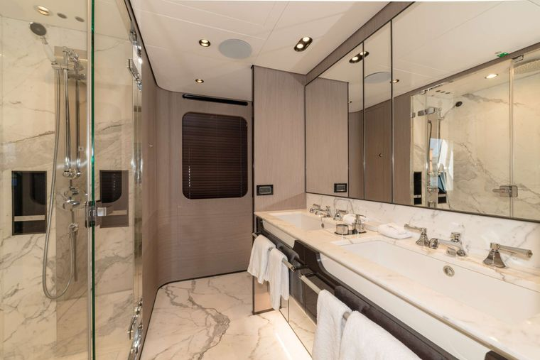 MAJESTIC MOMENTS Yacht Charter - Master Stateroom Bath