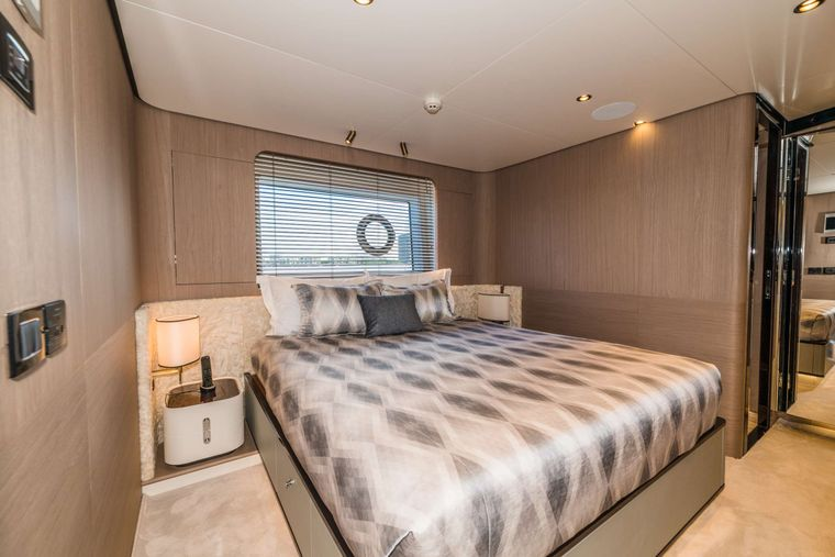 MAJESTIC MOMENTS Yacht Charter - Stbd VIP Stateroom