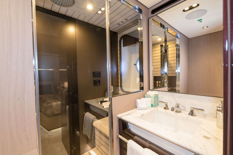 MAJESTIC MOMENTS Yacht Charter - En-suite Bathroom