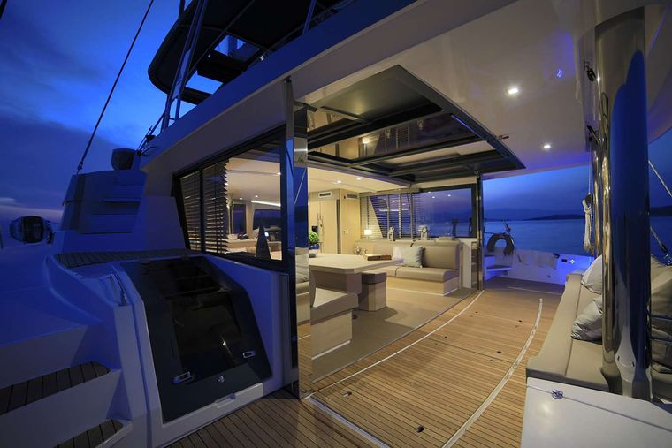 NEW HORIZONS 3 Yacht Charter - Aft by night