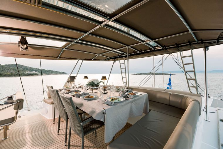 NEW HORIZONS 3 Yacht Charter - Upper Deck Dining Area