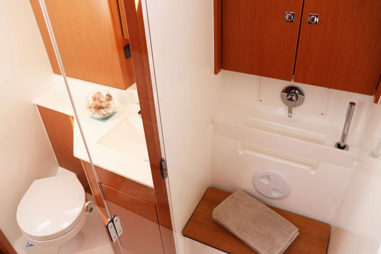 Wyvern Yacht Charter - Main Bathroom