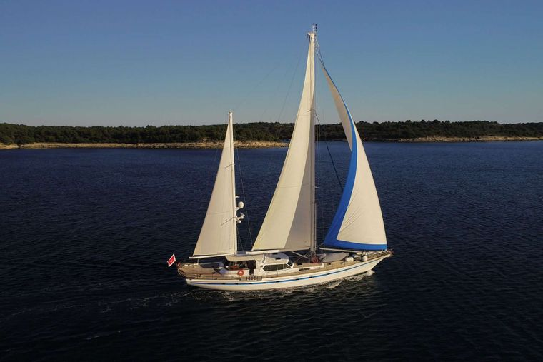 Free Wings Yacht Charter - Ritzy Charters