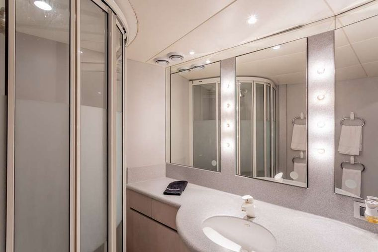 PRIME TIME Yacht Charter - Twin suite head and shower