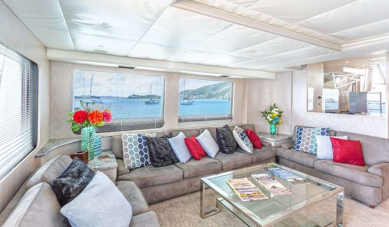 PRIME TIME Yacht Charter - Prime Time features a huge saloon