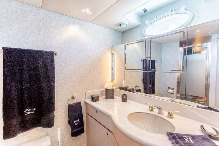 PRIME TIME Yacht Charter - Master suite guest head