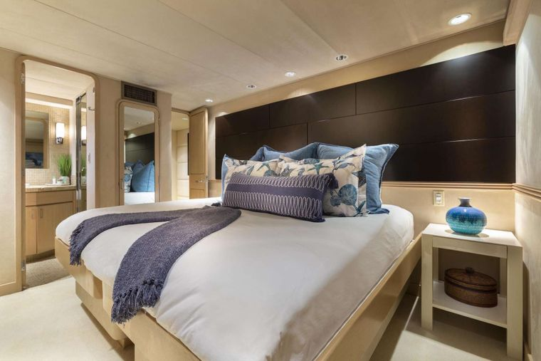 CRU Yacht Charter - Guest King Stateroom (converts to  twin)