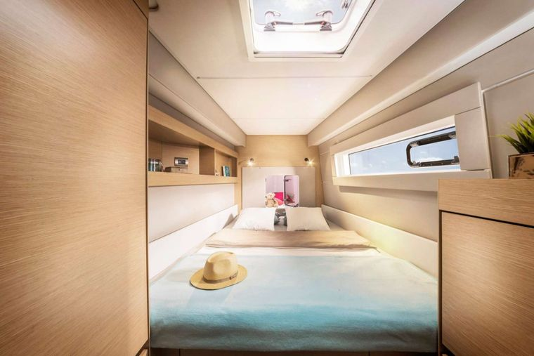 ILLUSION Yacht Charter - Guest cabin fwd port side