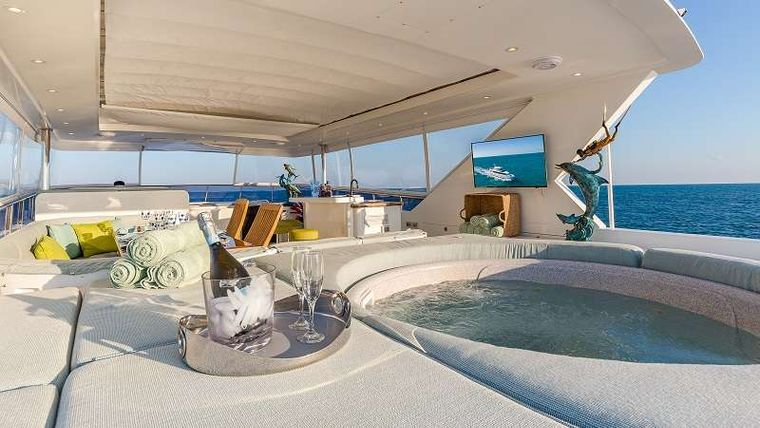 HIGH RISE Yacht Charter - Jacuzzi