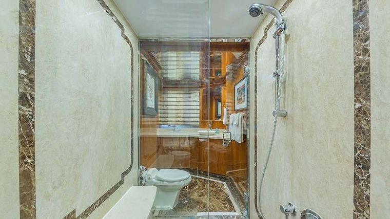 HIGH RISE Yacht Charter - VIP King Stateroom Head