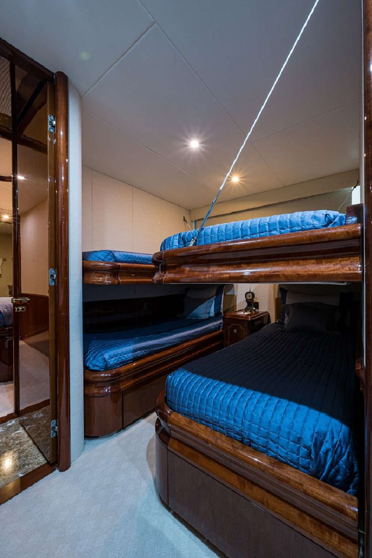 BELLA CONTESSA Yacht Charter - Twin Stateroom with Two Pullmans