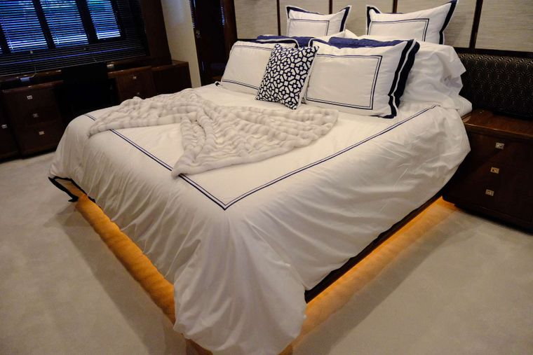 LOVE N LIFE Yacht Charter - Master Stateroom