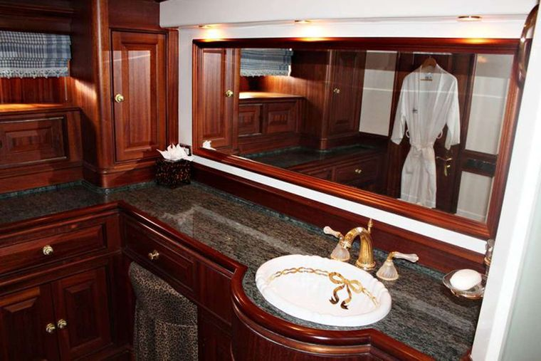 ESSENCE OF CAYMAN Yacht Charter - Master Ensuite