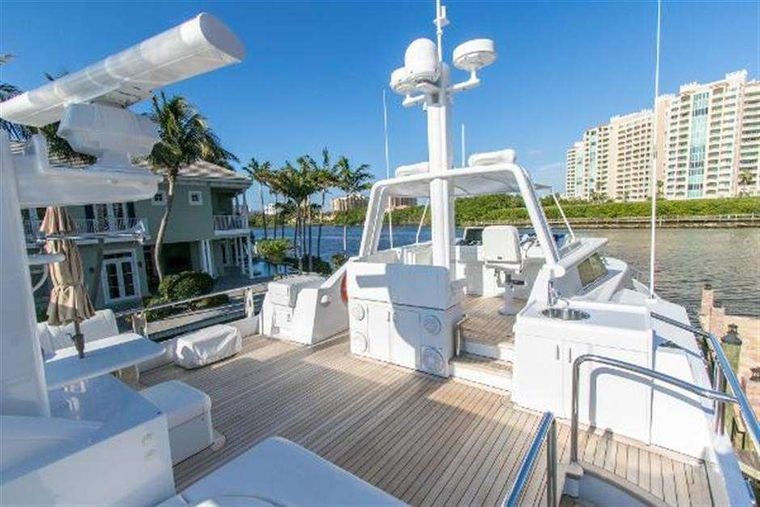 HIGHLINE Yacht Charter - Hot tub / top deck lounge seating area