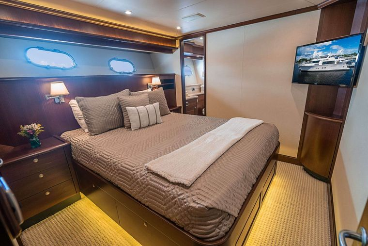 TRUE NORTH Yacht Charter - Queen stateroom