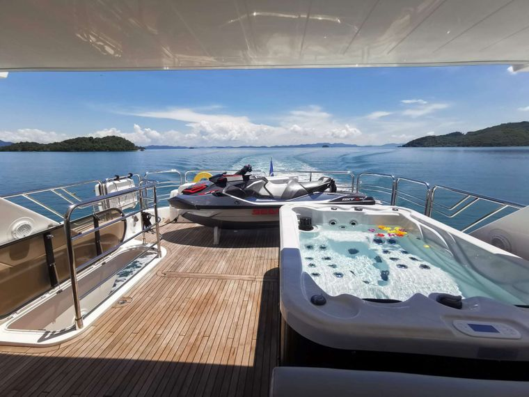 MAXXX Yacht Charter - Flybridge with Jacuzzi, Bar and Seating