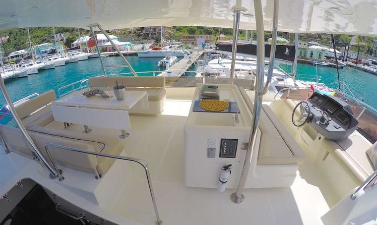 VYVO Yacht Charter - Flybridge helm and seating