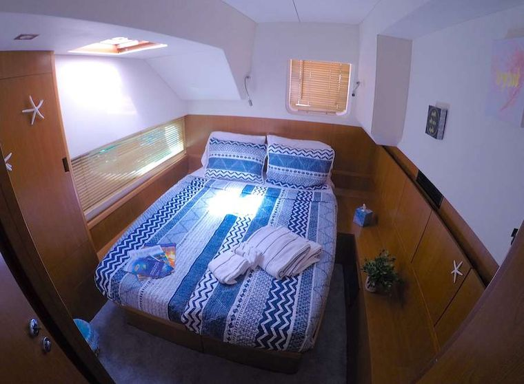VYVO Yacht Charter - Aft queen guest suite