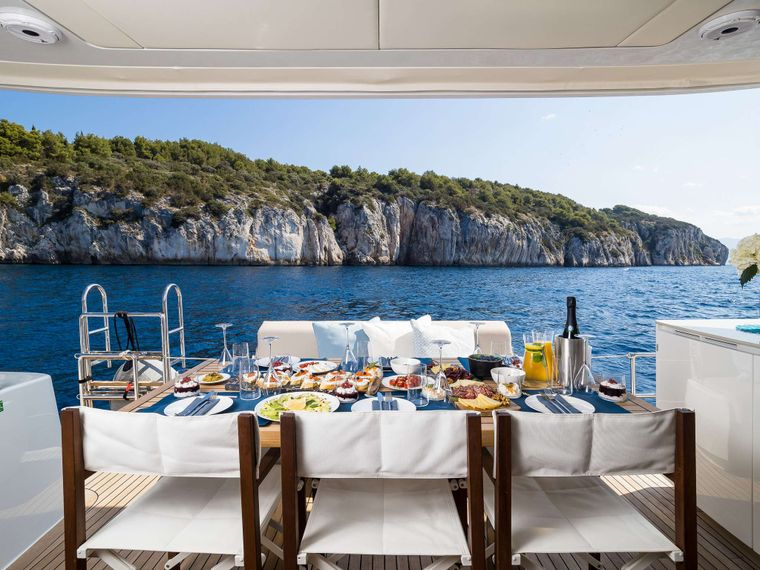 SOLITAIRE Yacht Charter - Main dinning area is in cockpit