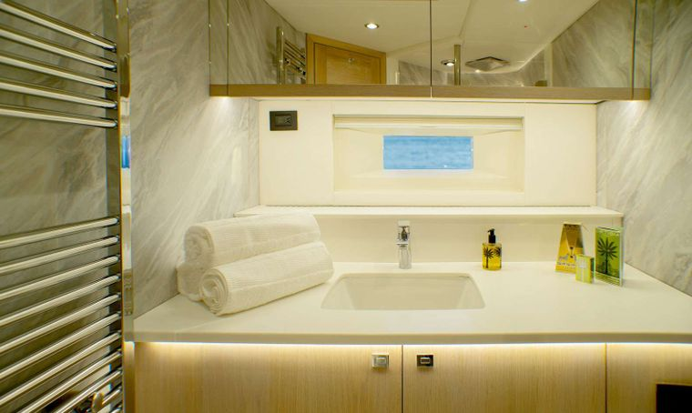 Oyster 825 Yacht Charter - CH - Master en-suite