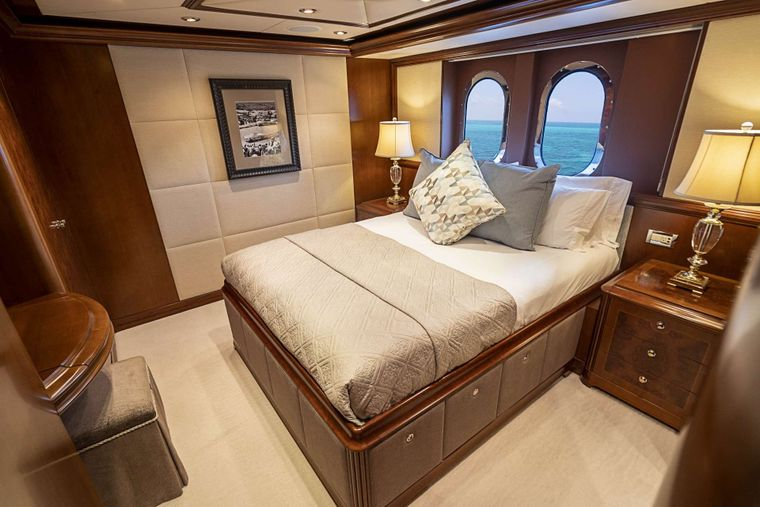 DREAM Yacht Charter - Queen guest stateroom 1